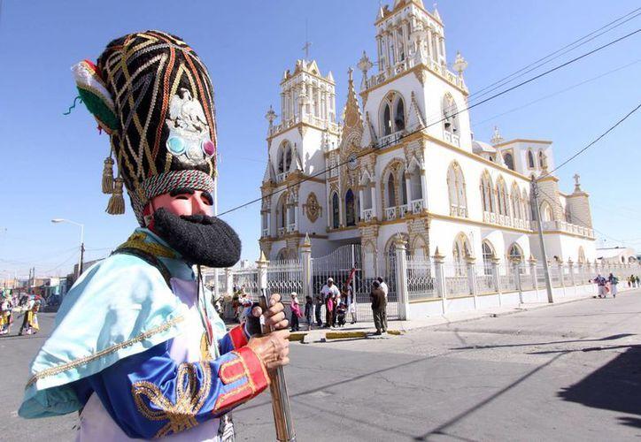 La costumbre de hacer disparos en fiestas populares cobró una vida más en México. La imagen es del Carnaval de Huejotzingo, Puebla. (Notimex)
