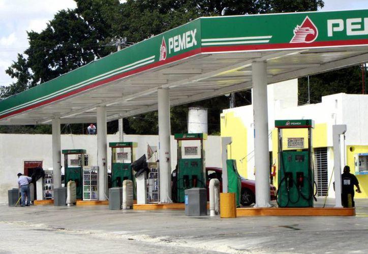 Las propuestas para un pacto a favor de la ciudadanía debe incluir recorte a gastos gubernamentales, señala la Canacome. Imagen de contexto de una gasolinera en Mérida. (Milenio Novedades)