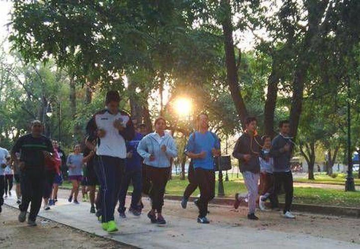 La aspirante panista al Gobierno de Michoacán, Luisa María Calderón, corrió algunos kilómetros acompañada de un grupo de jóvenes. (Foto: @cocoaCalderon)