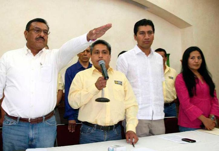 Carlos Martínez Villavicencio, precandidato del PRD (con el brazo alzado), murió a consecuencia de los disparos que recibió cuando circulaba en un tramo conocido como Curva del comedor, en Oaxaca. (Archivo/noticiasnet.mx)