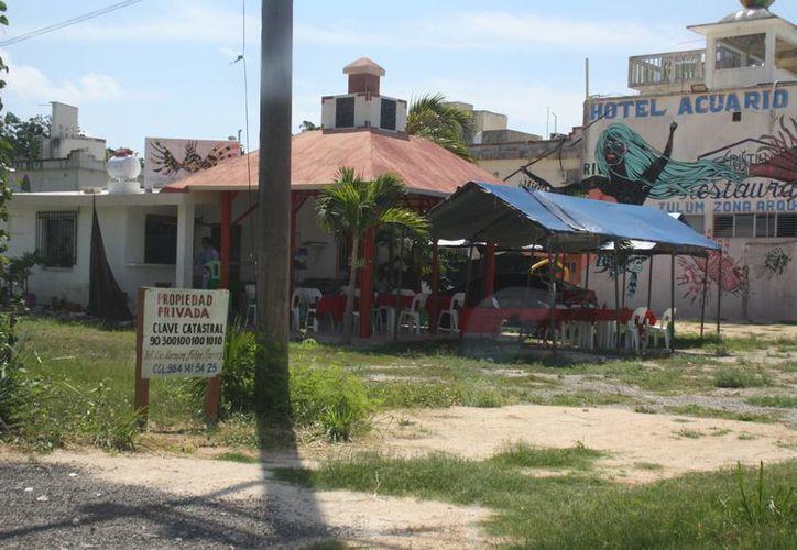 En el lugar en disputa opera un restaurante, lo que mantiene inconformes a vecinos de la zona por el hecho de que haya un negocio en un terreno en litigio. (Sara Cauich/SIPSE)