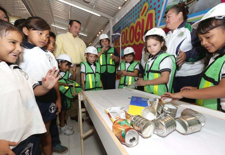 Entre las actividades del módulo del Ayuntamiento en la Feria de Xmatkuil está una réplica a escala de una planta procesadora de basura. (SIPSE)