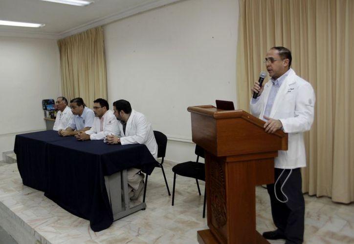 Intervención de Eduardo Sauri Esquivel durante el festejo por el Día del Paciente Periodontal, en la Facultad de Odontología. (Christian Ayala / SIPSE)