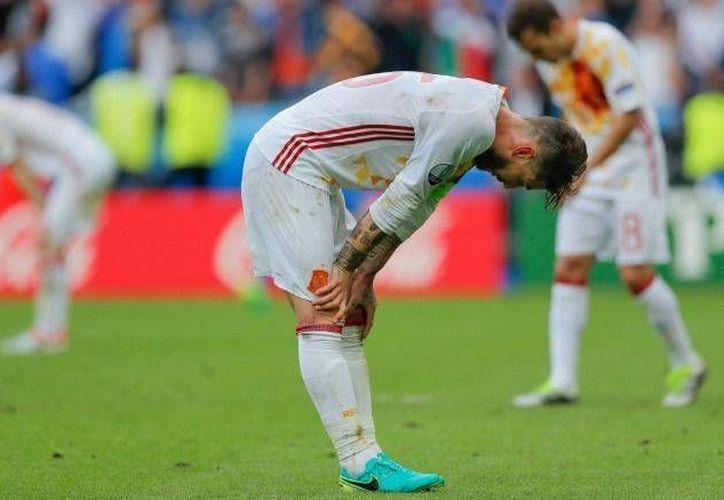 España quedó eliminada una vez más, ahora en la Eurocopa. Muchos lo atribuyen a que usó una camiseta blanca. (AP)
