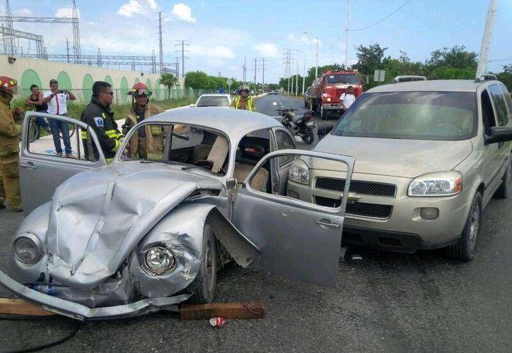 El choque fue entre un vehículo Chevrolet tipo Uplander y un Volkswagen tipo Sedan. (Sergio Orozco/SIPSE)
