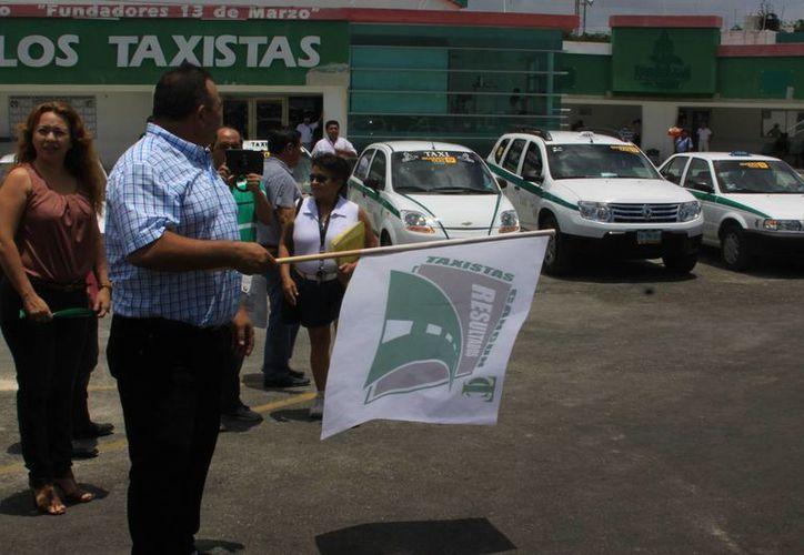Banderazo de salida de los taxis registrados al programa. (Tomás Álvarez/SIPSE)