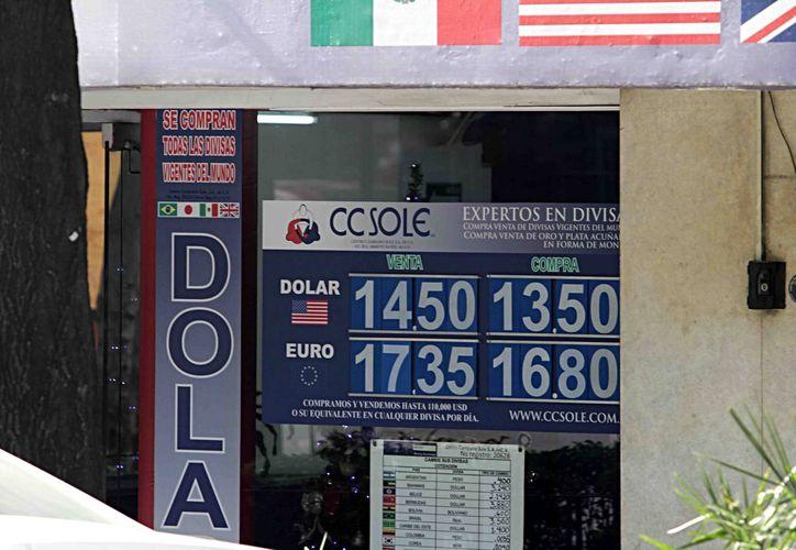 A media mañana del último día del año, la divisa estadounidense se cotizaba en $14.50 a la venta en algunas casas de cambio. (Foto Notimex)