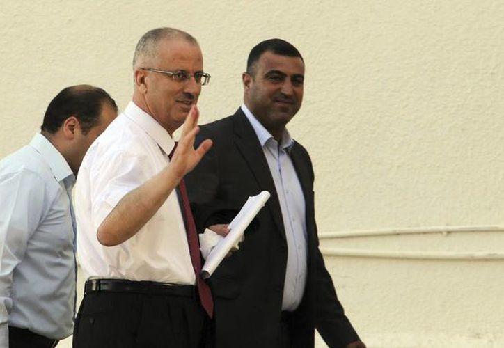 Rami Hamdala (centro) se convertirá en el primer ministro más breve de la historia palestina. (EFE)