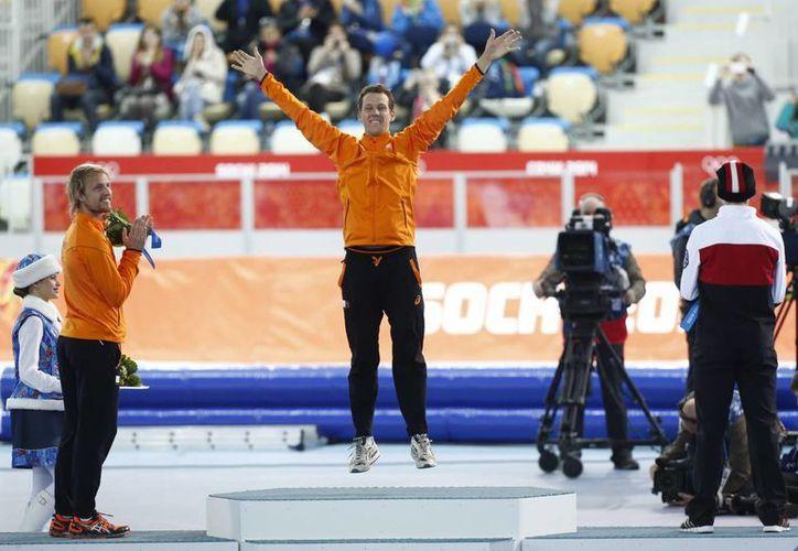 Stefan Groothuis superó por 1 minuto con 8.39 segundos al segundo lugar, el favorito Shani Davis. (EFE)