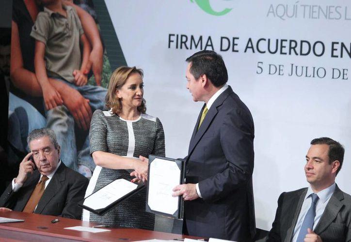 """Los secretarios de Relaciones Exteriores, Claudia Ruiz Massieu, y de Gobernación, Miguel Ángel Osorio Chong, encabezaron la firma de convenio SRE-SEGOB """"Somos Mexicanos. Aquí tienes las puertas abiertas"""". (Notimex)"""