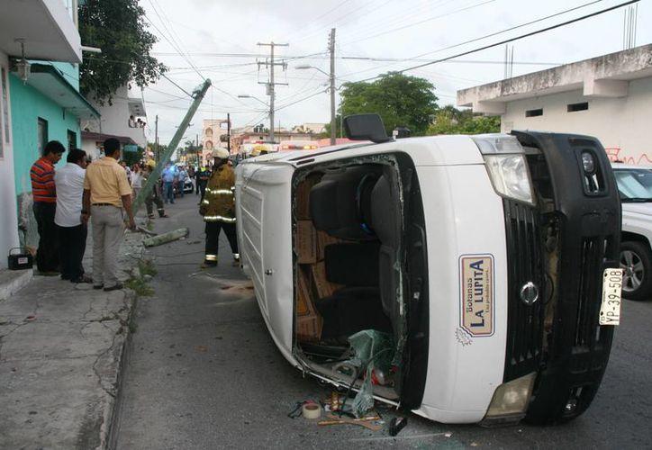 La camioneta repartidora quedó volcada tras el choque, no hubo lesionados graves.  (Irving Canul/SIPSE)