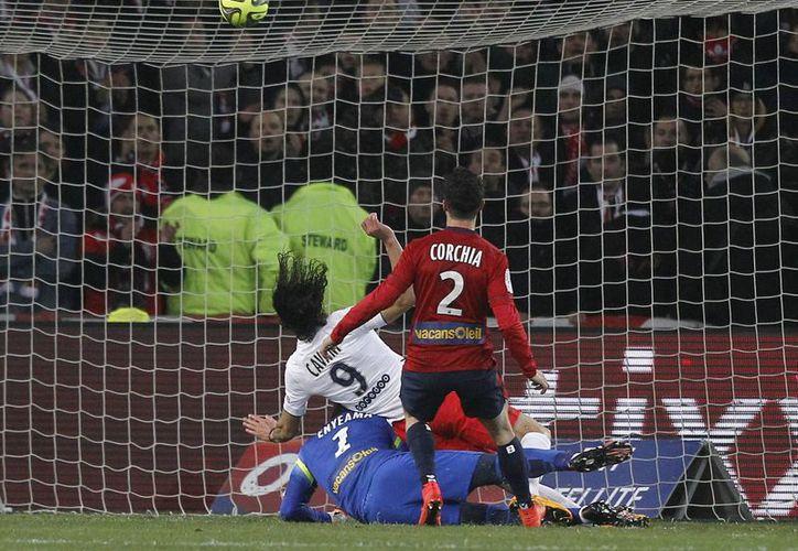 El uruguayo Edinson Cavani (de blanco) anotó por PSG, pero el Lille descontó antes de que terminara la primera mitad en partido de la Liga de Francia. (Foto: AP)