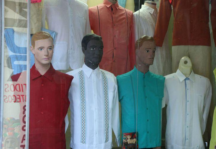 La guayabera celebra este 21 de marzo su Día Internacional. La prenda yucateca se exporta a Estados Unidos y países del Caribe. (Archivo)