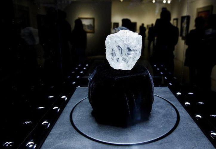 Vista del diamante Lesedi La Rona, en la sede de la firma Sotherby's en Nueva York, Estados Unidos. (EFE)