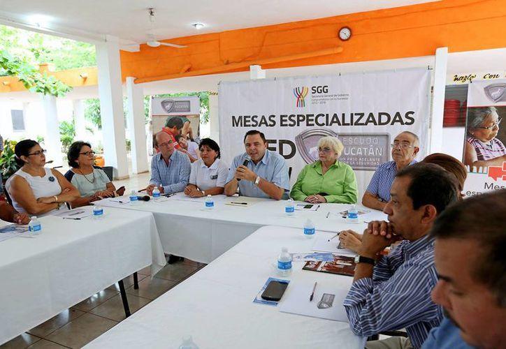 Autoridades escolares, representantes de organizaciones civiles, ciudadanos y otras autoridades llegan a acuerdos para prevenir adicciones en Yucatán. (Foto cortesía del Gobierno de Yucatán)