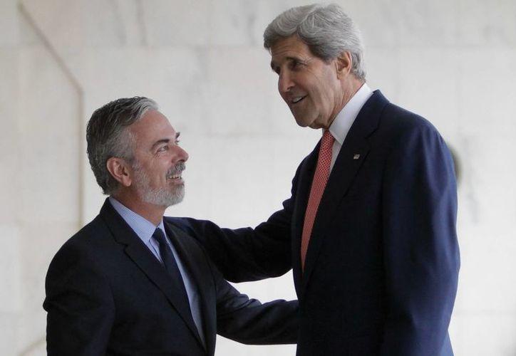 El canciller brasileño, Antonio Patriota (izq), recibe al secretario de Estado de EE.UU., John Kerry, en el Palacio de Itamaraty en Brasilia, Brasil. (EFE)