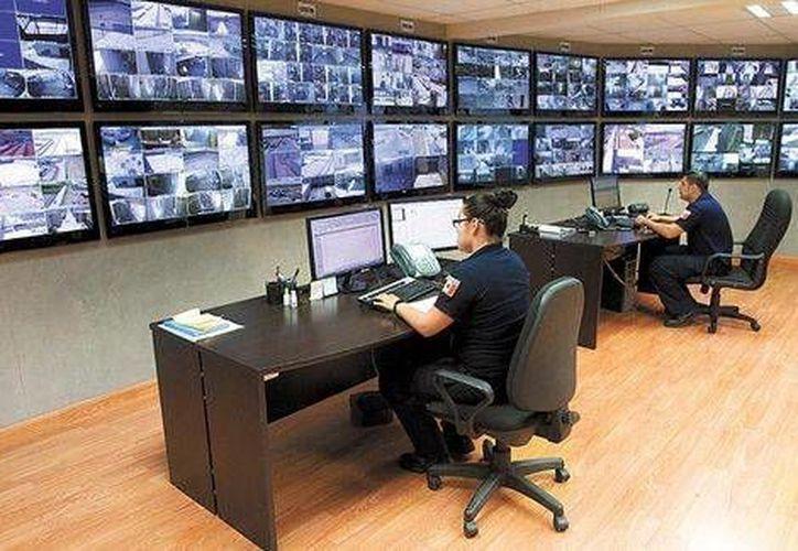 Los internos son monitoreados las 24 horas del día en modernas salas de control. (Milenio)