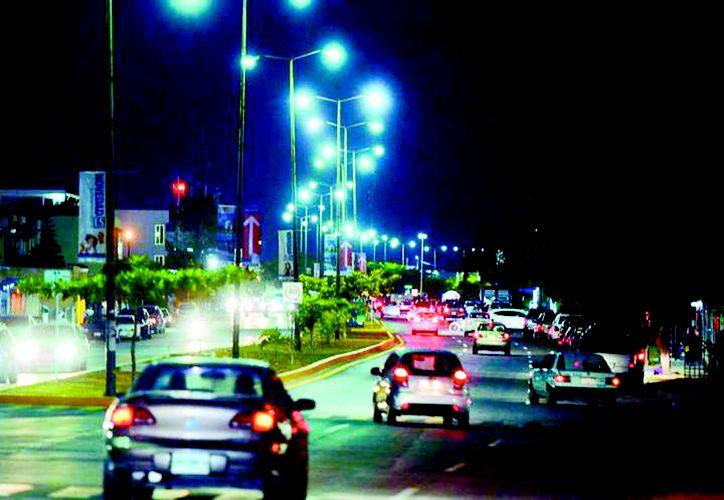 Cada 2 meses, en los recibos de luz llega un cargo extra de 5 por ciento sobre el consumo de energía en el hogar llamado DAP, que es un impuesto del 5% para pagar alumbrado público. (Novedades Yucatán)