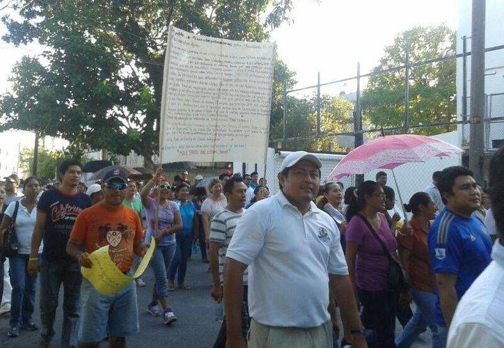 Maestros, padres de familia y estudiantes, marcharon ayer, jueves, en Cancún. (Jazmín Ramos/SIPSE)