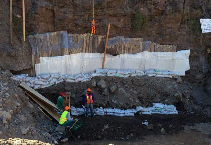 Expertos del Instituto Nacional de Antropología e Historia trabajan en la restauración del sitio arqueológico con pintura rupestre Cuevas Pintadas, en Loreto, Baja California Sur. (Fotos Notimex)