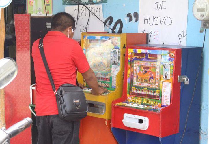 En tiendas, tendejones y tortillerías es común ver las máquinas 'tragamonedas' en Felipe Carrillo Puerto. (Jesús Caamal/SIPSE)