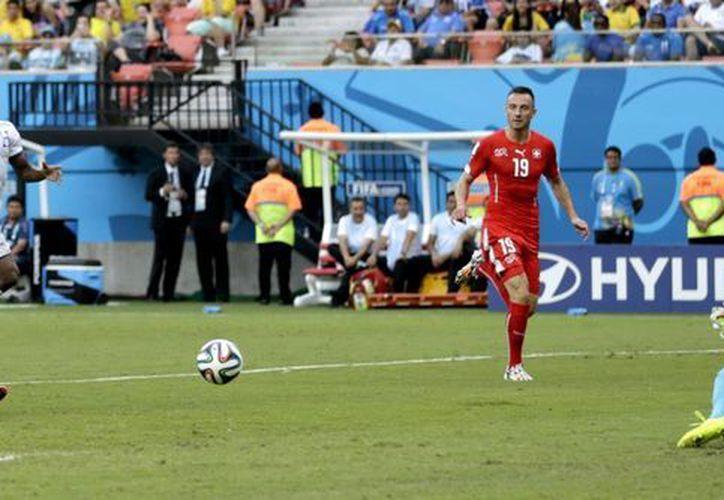 Shaqiri al momento de anotar su segundo gol del partido ante el portero hondureño Noel Valladares. (Foto: AP)
