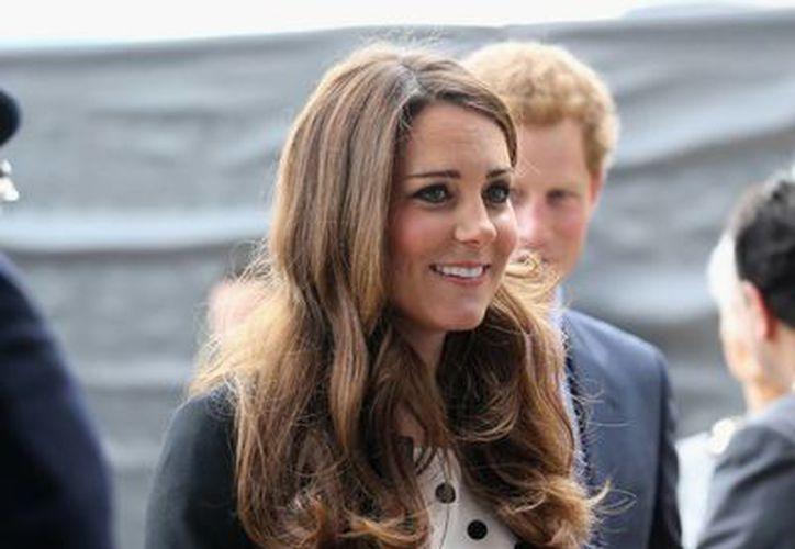 """Kate, la duquesa de Cambridge, llega a la inauguración de los estudios """"Warner Bros. Studios Leavesden"""" cerca de Wtford, al norte de Londres. (Agencias)"""