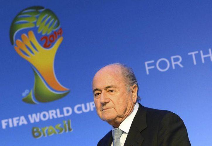 El presidente de la FIFA, Joseph Blatter, en rueda de prensa después de una reunión del Comité Organizador del Mundial de Brasil 2014, en Costa de Sauípe, a unos días del sorteo de grupos. (EFE)