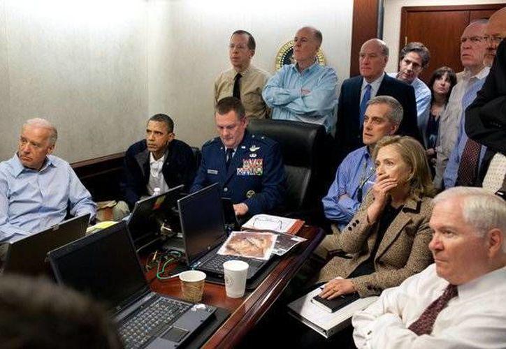 Imagen de archivo en la que se ve al presidente Obama acompañado del vicepresidente Joe Biden; la secretaria de estado, Hillary Clinton, y otros miembros del gabinete mientras observan el operativo contra Osama Bin Laden. (twitter.com/CIA)