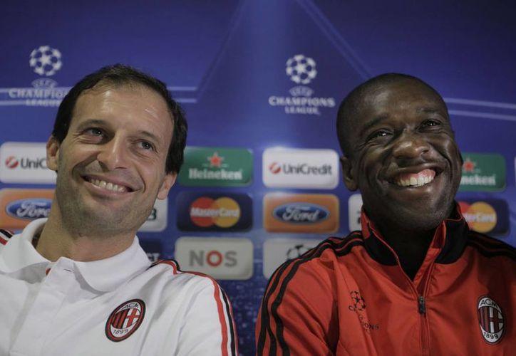 Massimiliano Allegri (i), quien hasta hace poco dirigía al AC Milán, aparece junto a su reemplazo el holandés Clarence Seedorf en foto de archivo de 2010, cuando el primero entrenaba al segundo. (EFE)