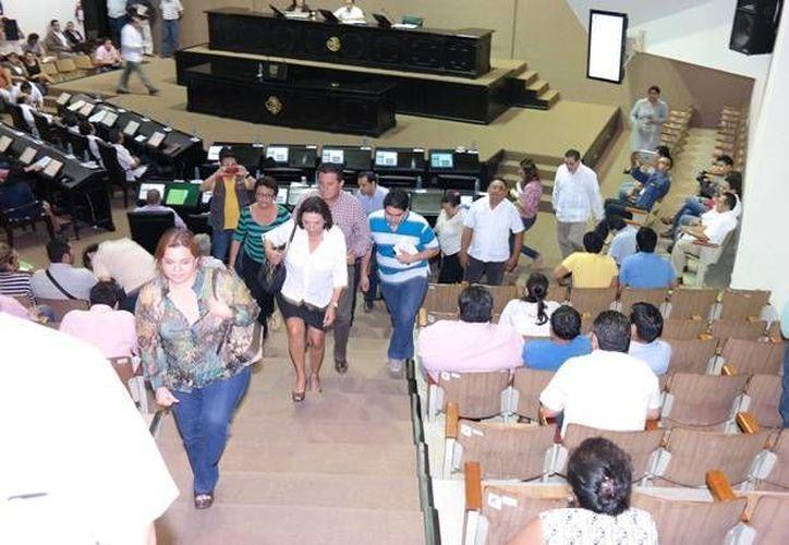Diputados panistas al momento de abandonar la sesión plenaria de este viernes, en el Congreso de Yucatán. (SIPSE)