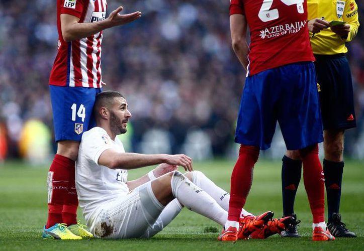 El delantero del Real Madrid, Karim Benzema, estará fuera de las canchas un mes, debido a una lesión en la pierna derecha. (AP)