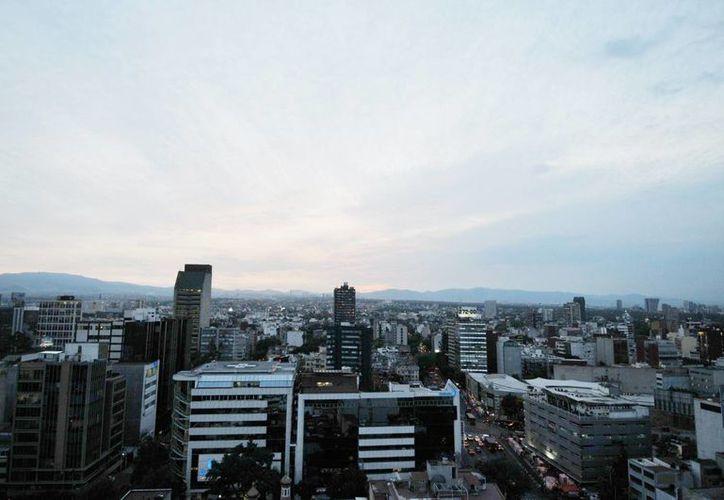 La Comisión Ambiental de la Megalópolis informó que se mantiene la fase de Precontingencia Ambiental Atmosférica por Ozono en la Zona Metropolitana del Valle de México, debido a la muy mala calidad del aire. (Notimex)