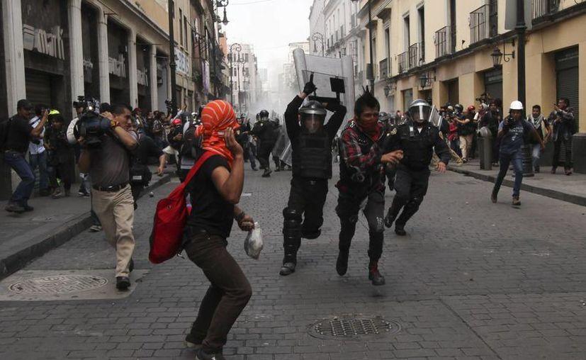 Encapuchados se enfrentaron al menos dos veces contra la Policía en la Ciudad de México. (Agencias)