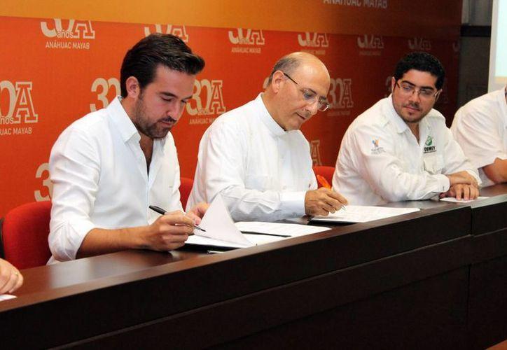 La firma se efectuó ayer en la Sala de Conferencias de la Universidad, entre el rector, P. Rafael Pardo Hervás, L.C. y Pablo Gamboa Miner, director general de la Comey. (Milenio Novedades)