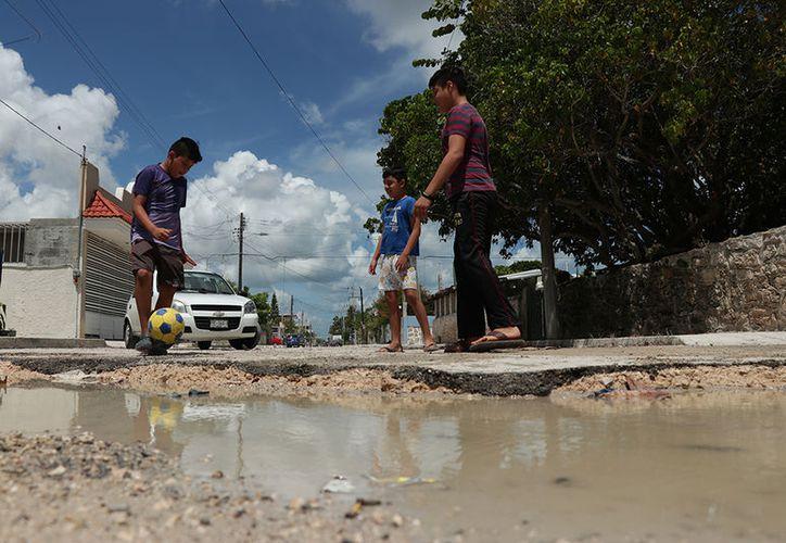 A pesar de que en 2016 el Ayuntamiento de Progreso recibió más de 276 millones de pesos las calles del puerto lucen con grandes baches. (Fotos: Jorge Acosta/Milenio Novedades)