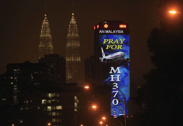 En la búsqueda del avión malasio participan 26 países de la zona. En la imagen, un espectacular del avión de Malaysia Airlines con las Torres Petronas de Kuala Lumpur al fondo. (Agencias)
