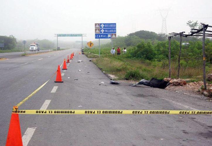 En el lugar quedaron regadas las partes del auto que atropelló al septuagenario ciclista. (Milenio Novedades)