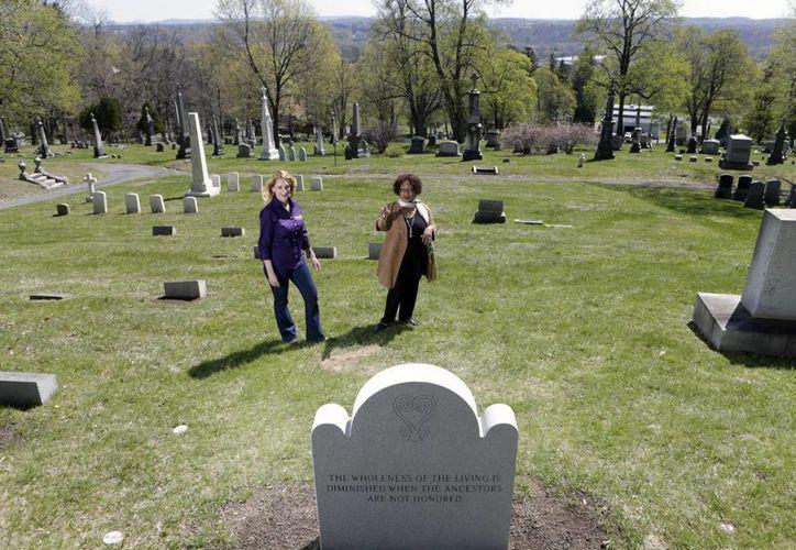 La historiadora Kelly Grimaldi (izq) y Evelyn Kamili King, directora del Schuyler Flatts Burial Ground Project, frente al lote donde serán enterrados 14 esclavos en Menands, Nueva York. (Agencias)