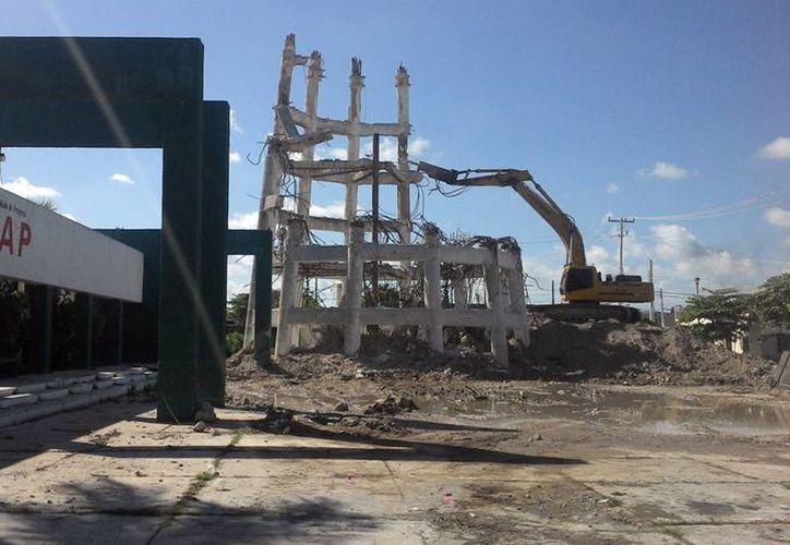 Sólo parte de las columnas que lo sostenían quedan del tanque de agua potable  tras 52 años de haberse construido. (Alicia Carrasco/SIPSE)