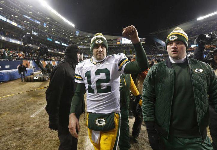 Aaron Rodgers, quarterback de los Packers de Green Bay, celebra luego de derrotar a los Bears de Chicago. (Agencias)