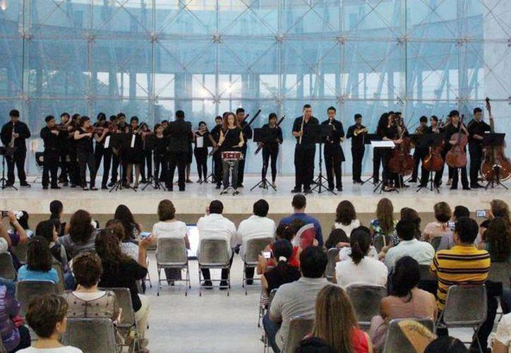 Ceremonia donde se designó al auditorio del Tribunal Superior de Justicia de Yucatán con el nombre del exgobernador Víctor Cervera Pacheco. (Milenio Novedades)