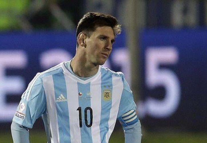 Lionel Messi fue nuevamente involucrado en un escándalo, ya que un exintegrante de la selección argentina lo acusó de colocar en el equipo a los jugadores de su preferencia. (Archivo AP)