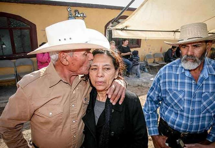 Imagen de los familiares de Félix Peña, un jinete y ganadero que acudió a los XV años de Rubí para obtener fama en la competencia por la'chiva' de 10 mil pesos. (Excelsior vía Vanguardia)