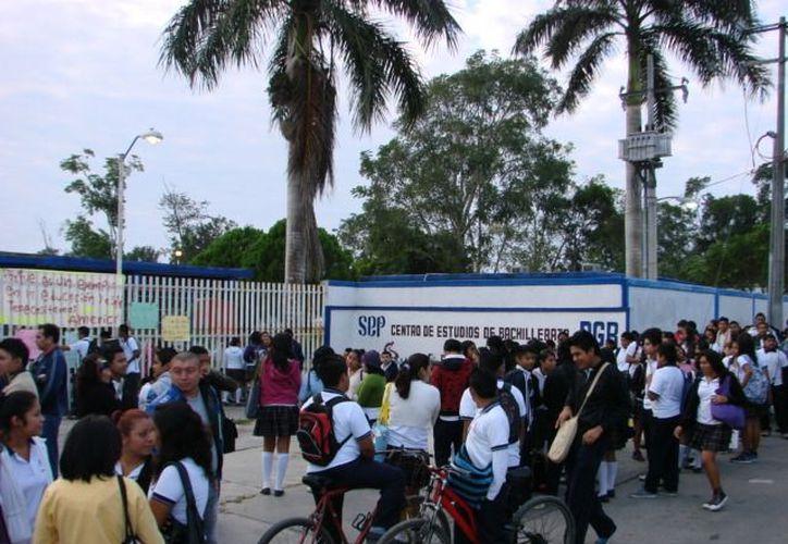 Los alumnos están enojados porque con el conflicto entre los profesores, han perdido prácticamente toda una semana de clases. (Manuel Salazar/SIPSE)