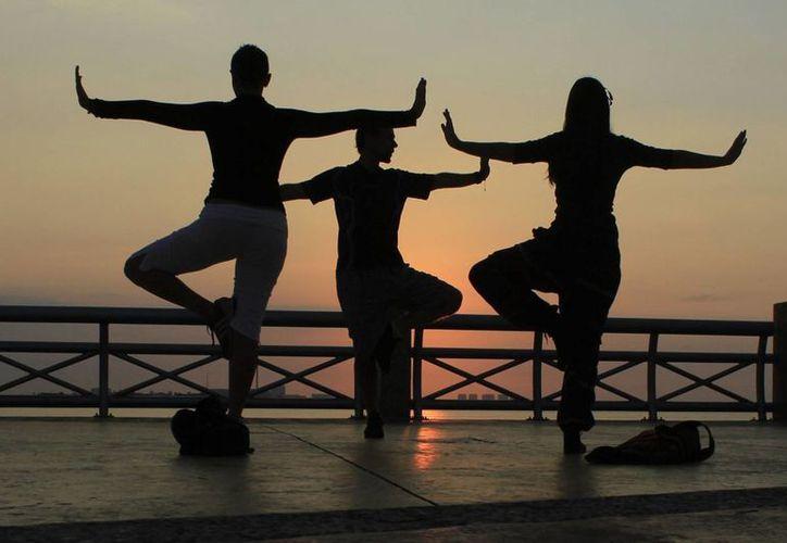 La práctica de ejercicio, como el yoga, ayuda a que la vía respiratoria se mantenga sana. (Sergio Orozco/SIPSE)