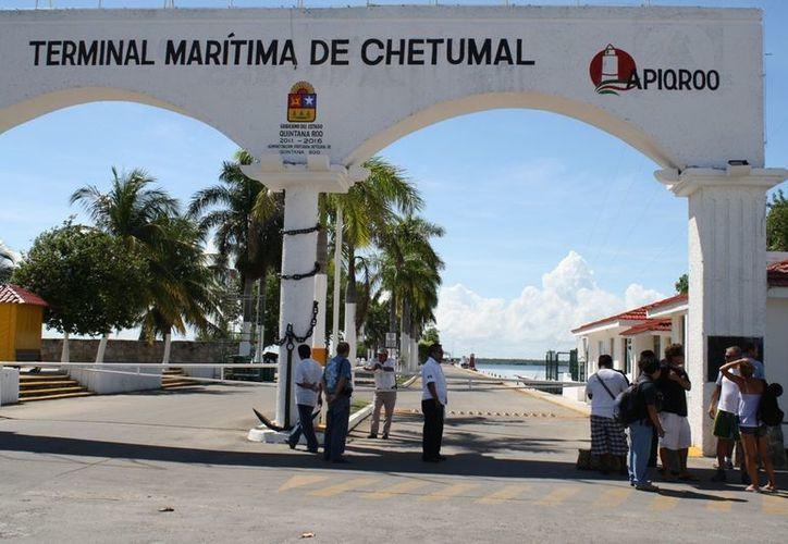 Los turistas arriban al muelle fiscal de Chetumal provenientes de San Pedro Belice. (Francisco Sansores/SIPSE)