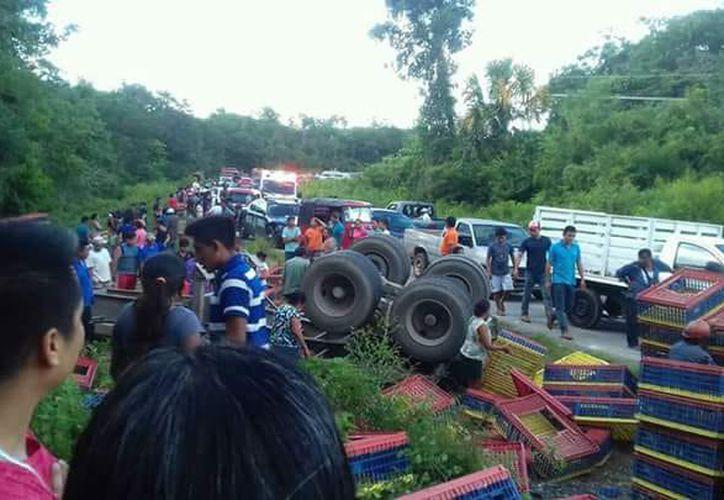 Los conductores de los camiones salieron ilesos del accidente. (Foto: Eddy Bonilla/SIPSE)