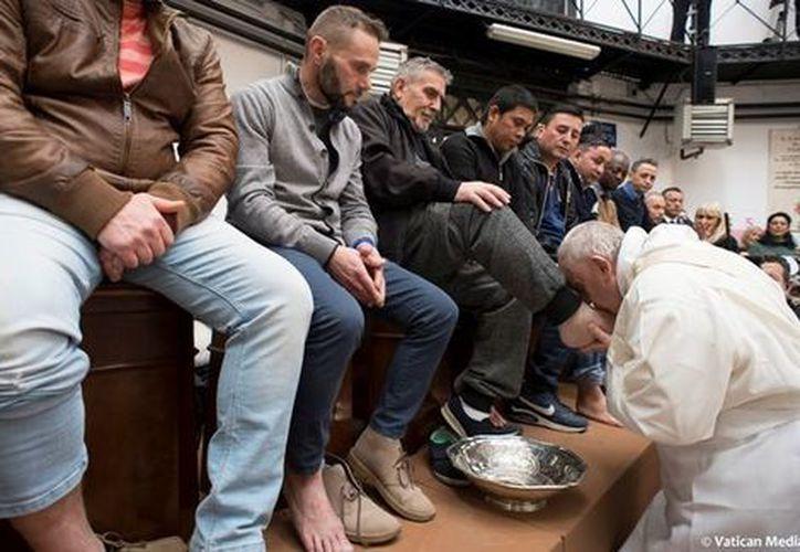 El Papa visita con regularidad las cárceles en sus viajes al exterior. (AFP)