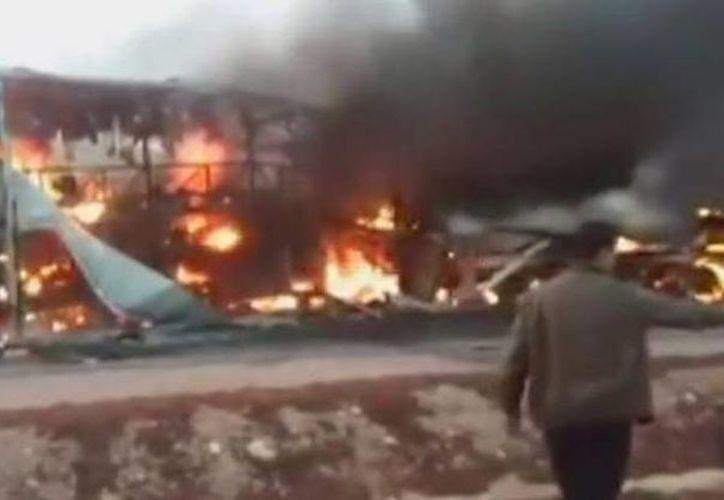 La mayoría de las víctimas murieron por el incendio que estalló en el autobús inmediatamente después del choque. (Reuters)